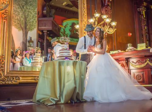 boho chic couple cutting cake at Cruz Building wedding